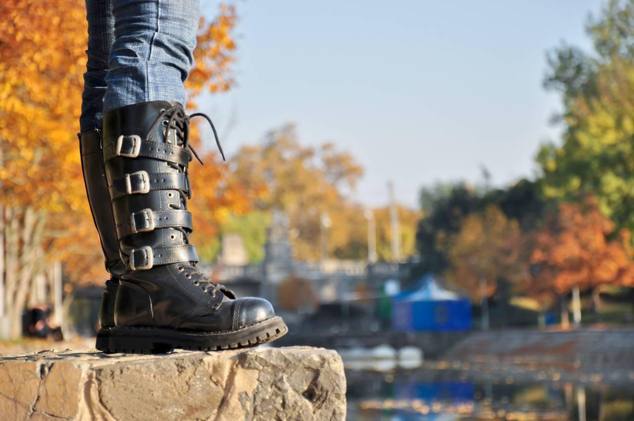 botte de chaussures noires métal